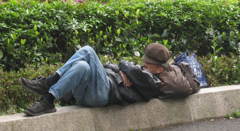 駅前で眠るホームレス