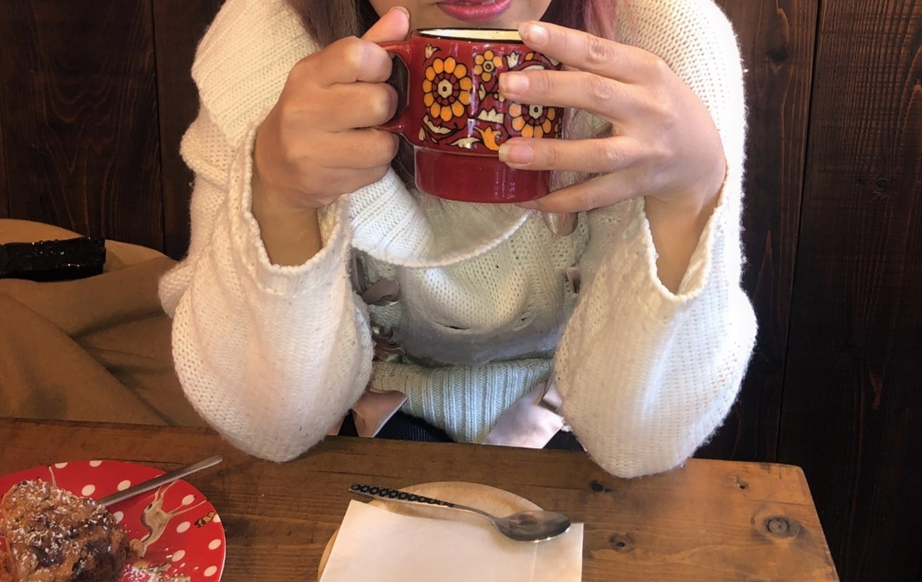 女性、コーヒーカップを持つ、座っている女性